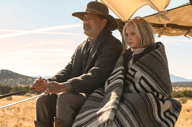 Captain Jefferson Kyle Kidd (Tom Hanks) and Johanna Leonberger (Helena Zengel) in News of the World